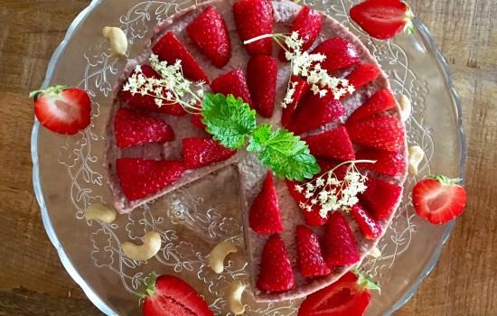 Erdbeer-Eiscreme-Torte: rohvegane Köstlichkeit für warme Sommertage
