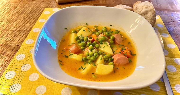 Erbseneintopf mit Kartoffeln und Würstchen