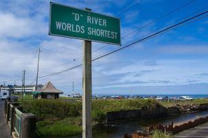 Cedule, která označuje D za nejkratší řeku světa