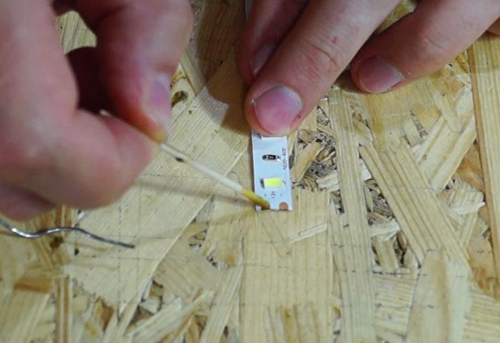 LEDストリップの接点にフラックスを塗布する