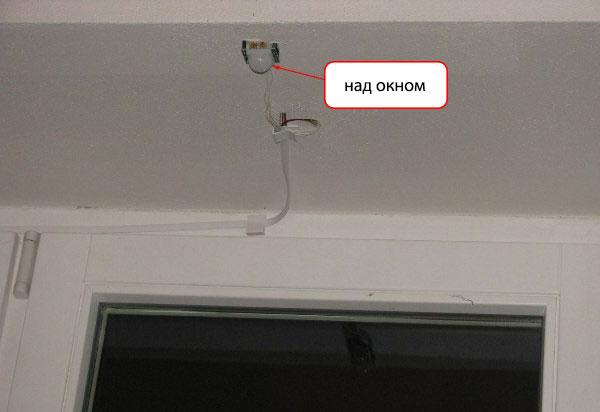 Sensor gerak dipasang di dekat jendela