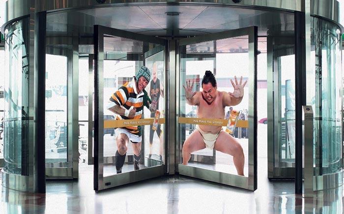 Lustige Türen zum Einkaufszentrum