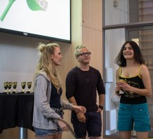 Ingrid Nord Holmer, og Viktir Elvenes Håkonsen deler ut pris for beste til