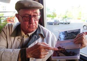 GRADISKA03 Husref pokazuje svoj album foto M PILIPOVIC