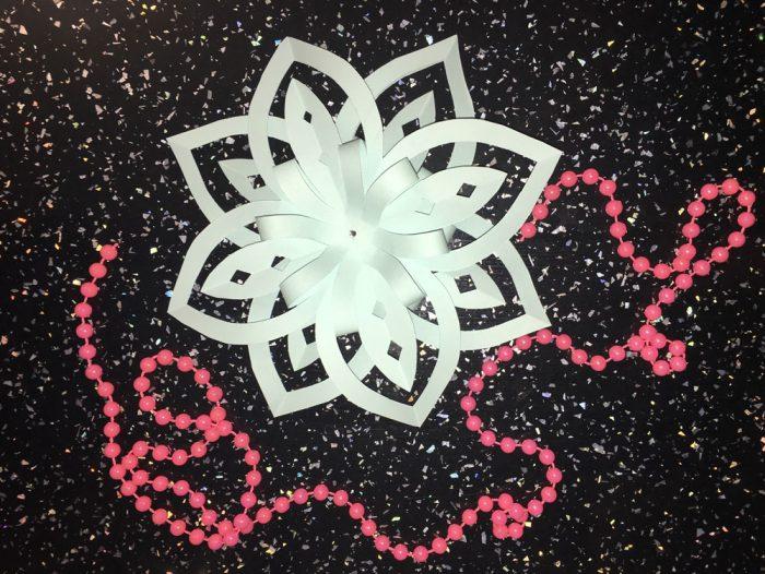 Snowflake yang indah diperbuat daripada kertas