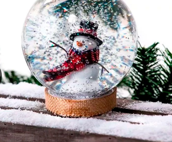 Снеговик қосылған қар ыдысы
