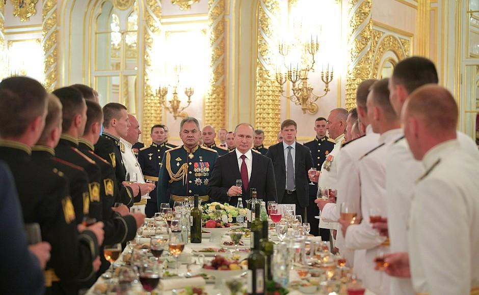 Путин поздравил выпускников военных вузов