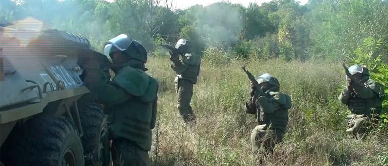 Военнослужащие ВВО освободили захваченное «террористами» здание в Хабаровском крае