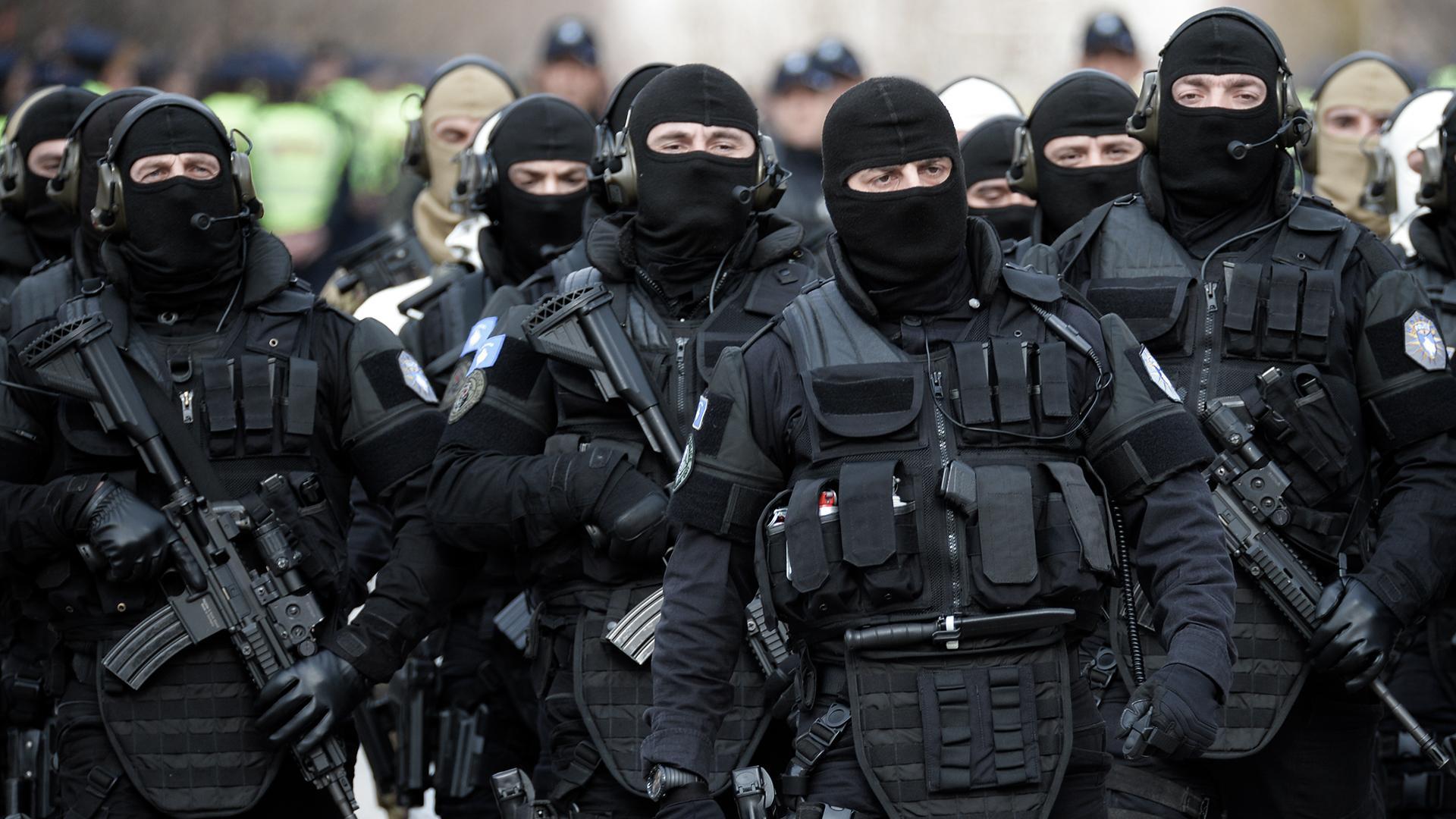 Караул косовского спецназа сменился под песню о единстве Косова и Сербии
