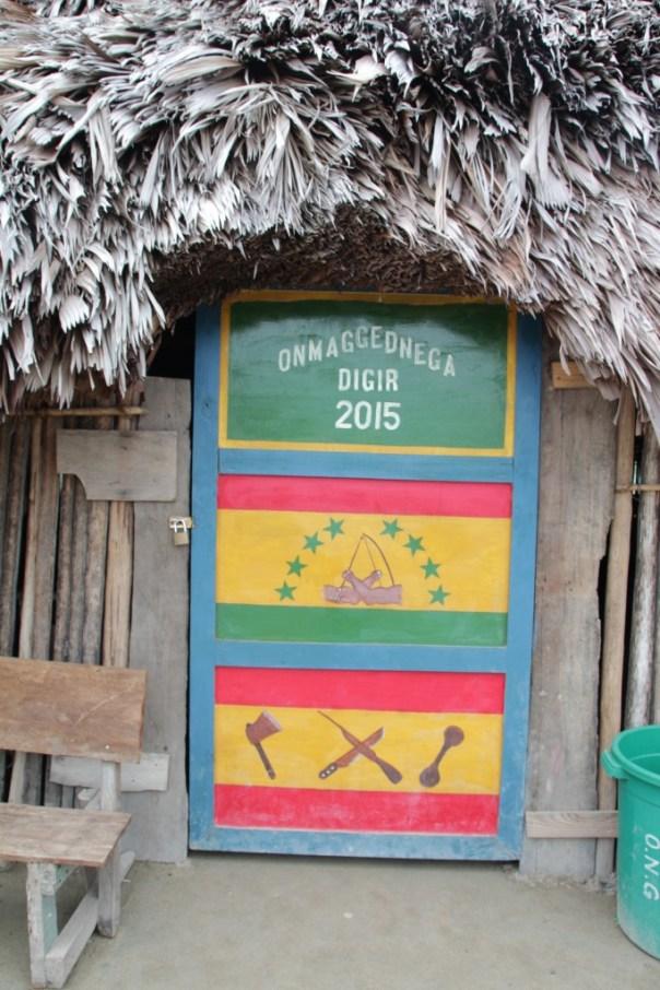 Toegangsdeur tot de vergaderhut, met de vlag van de Kuna's in het midden