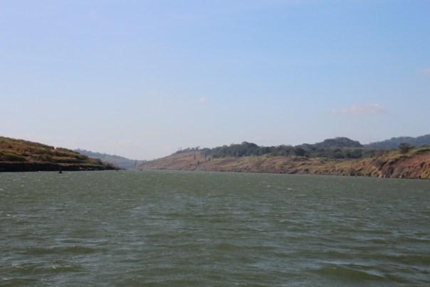 We varen over een kunstmatig meer, het Gatun Lake