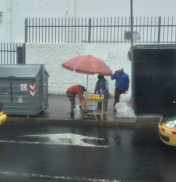 Op straat ga je nooit verhongeren , Hier wordt versgeperst fruitsap verkocht