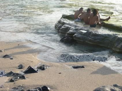 la couche de sable a été érodée par les vagues : le grès de plage apparaît