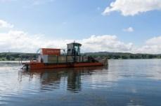 Entladen wird das 15-Tonnen-Schiff an der Staumauer