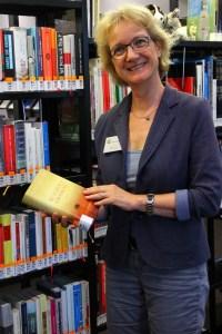 Marlis Werz mit einem ihrer Lieblingsbücher von J. Williams.