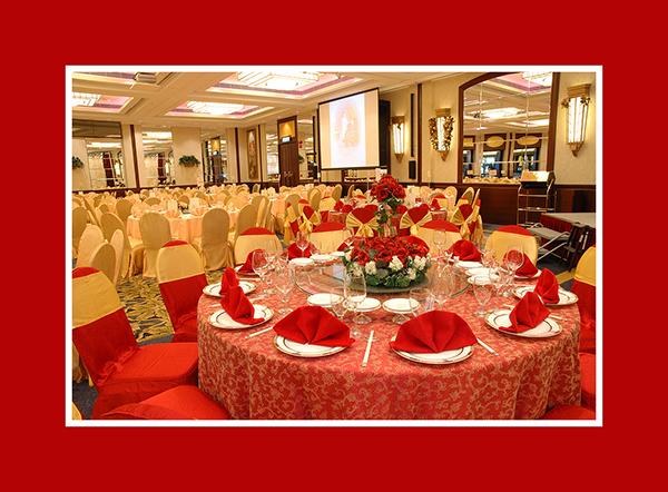 Hochzeitsdeko runder Tisch rot