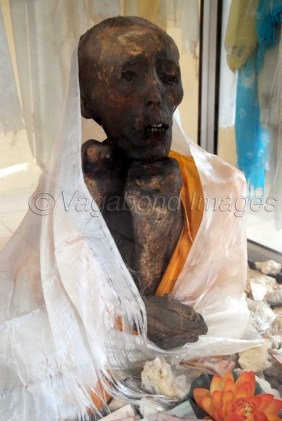 See the right hand of the mummy, as if holding beads