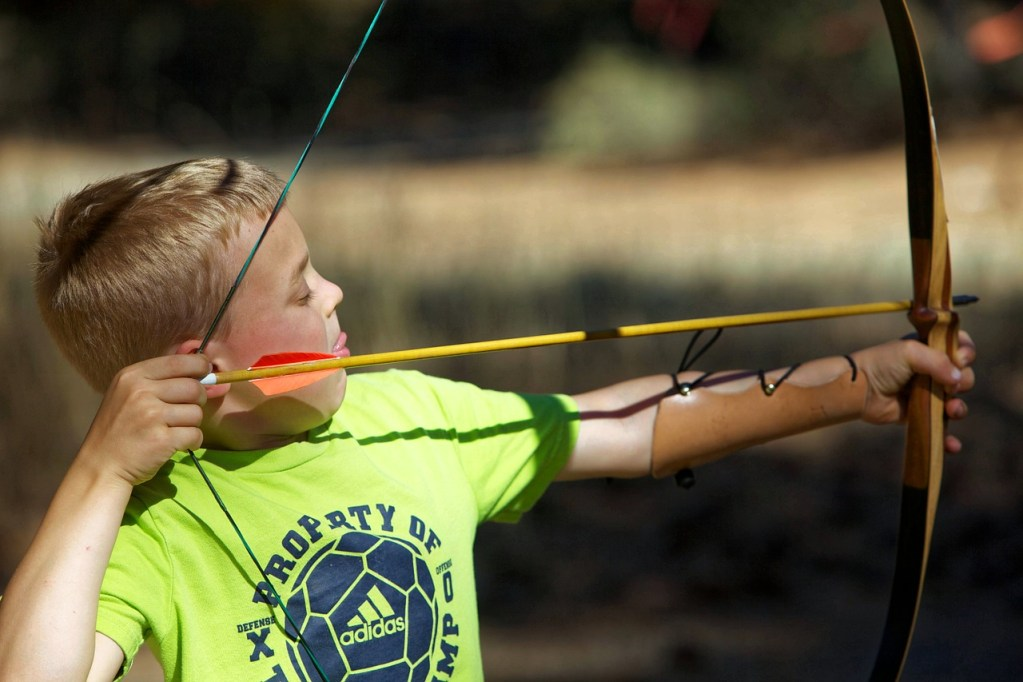 bow, arrow, child-929920.jpg