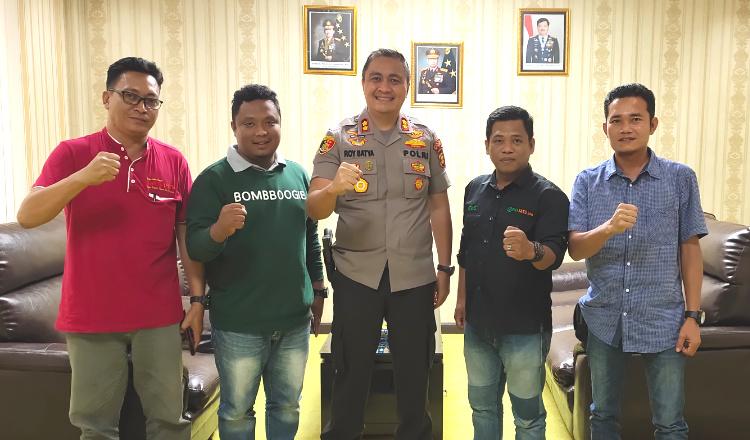 Kapolres Kubar AKBP Roy Satya Putra bersama tim wartawan di Asosiasi Jurnalis Kubar