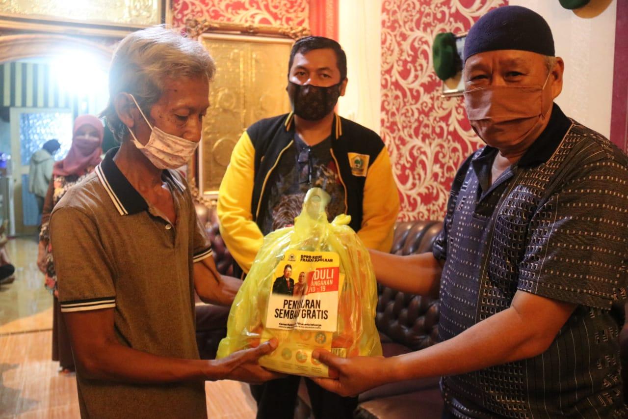 Kemas Faried Alfarelly beri bantuan sembako pada warga terdampak covid 19