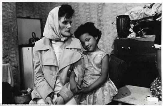 """Ужас: миссис Chichockjy и ее дочь, на фото в июле 1971. Тогдашний жилищный министр, Питер Уокер, посетил в их доме в Ливерпуле. Когда был сделан снимок, миссис Chichockjy сказала фотографу, что г-н Уокер признал, что это «не пригодные для проживания людей условия», и добавила """"и я все еще здесь""""."""