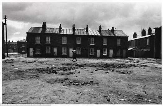 """Запустенье: Многоквартирные дома стоят в районе на снос в Salford, Манчестер, в июне 1971 года. Фотографии не были опубликованы в течении 40 лет по требованию закона, защищающего """"анонимность субъектов""""."""