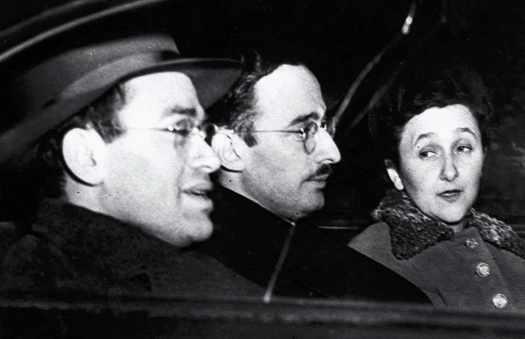 Юлиус Розенберг (в центре), Этель Розенберг и Мортон Собелл по дороге в суд. 1951 год.