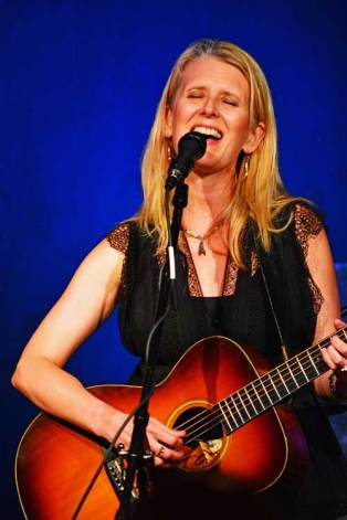 joan-langford-singing