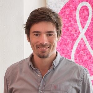 Guillaume Desnoës, co-fondateur de Alenvi pose devant le logo de son entreprise