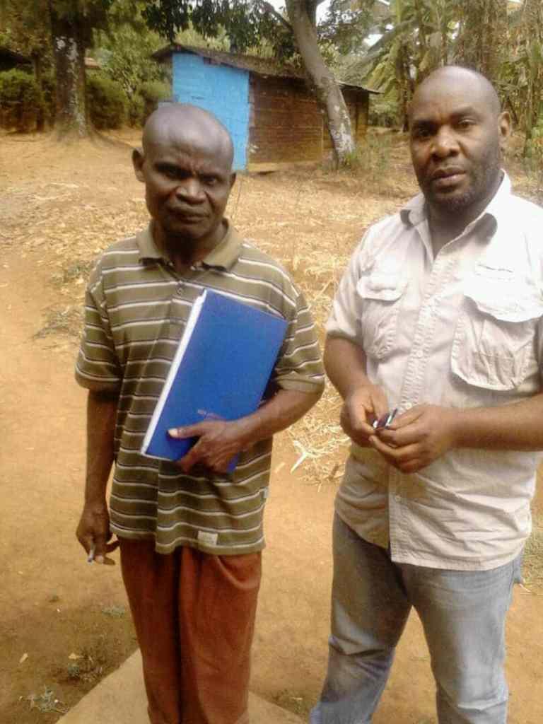 Pascal Kayembé et Juvénal, responsable des soins des vieux à Mugeri