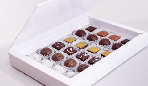 24 Pralinen in diversen Sorten in der edlen Schachtel. Vegan und lactosefrei.