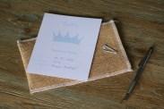 Invitación corona azul con sobre de tela de saco