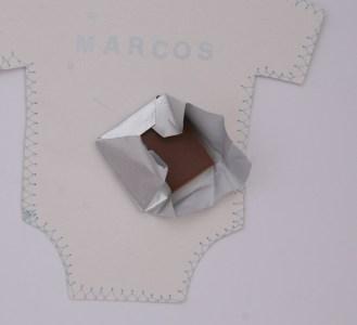 Sobre con chocolatina en forma de camiseta. 14x14cm. 2,75€.