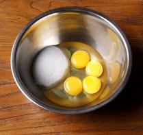 Eggs+egg yolks+sugar in a bowl