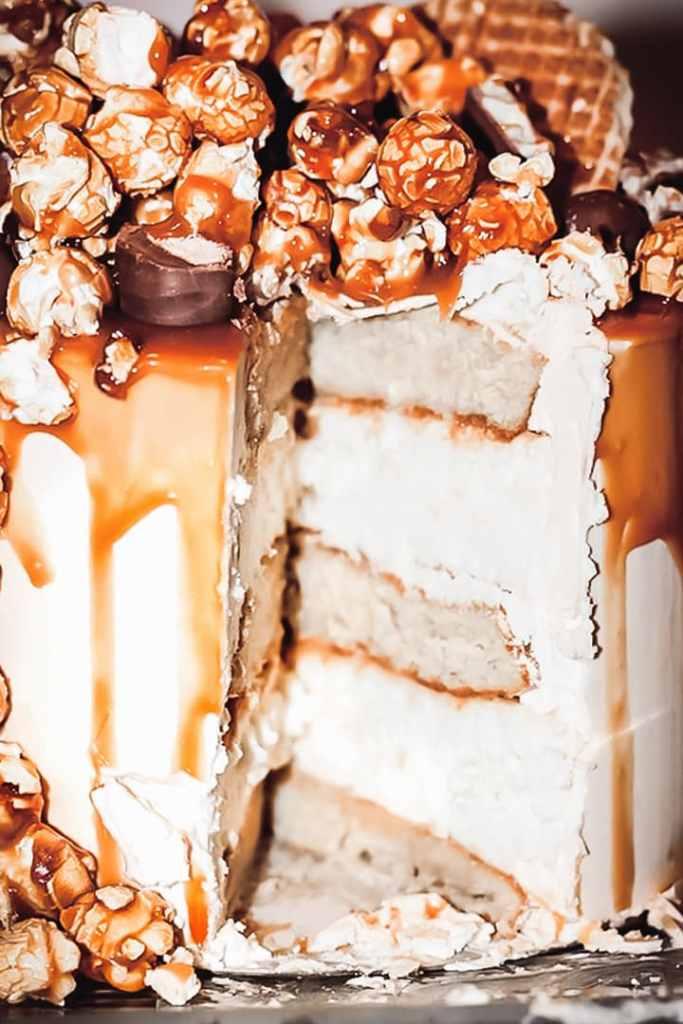 Découpe du layer cake cheesecake au caramel au beurre salé