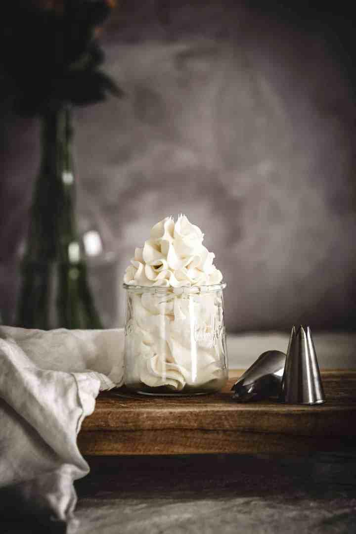 La crème au beurre à la meringue Italienne est parfaite pour décorer tous vos gâteaux, cupcakes et plus