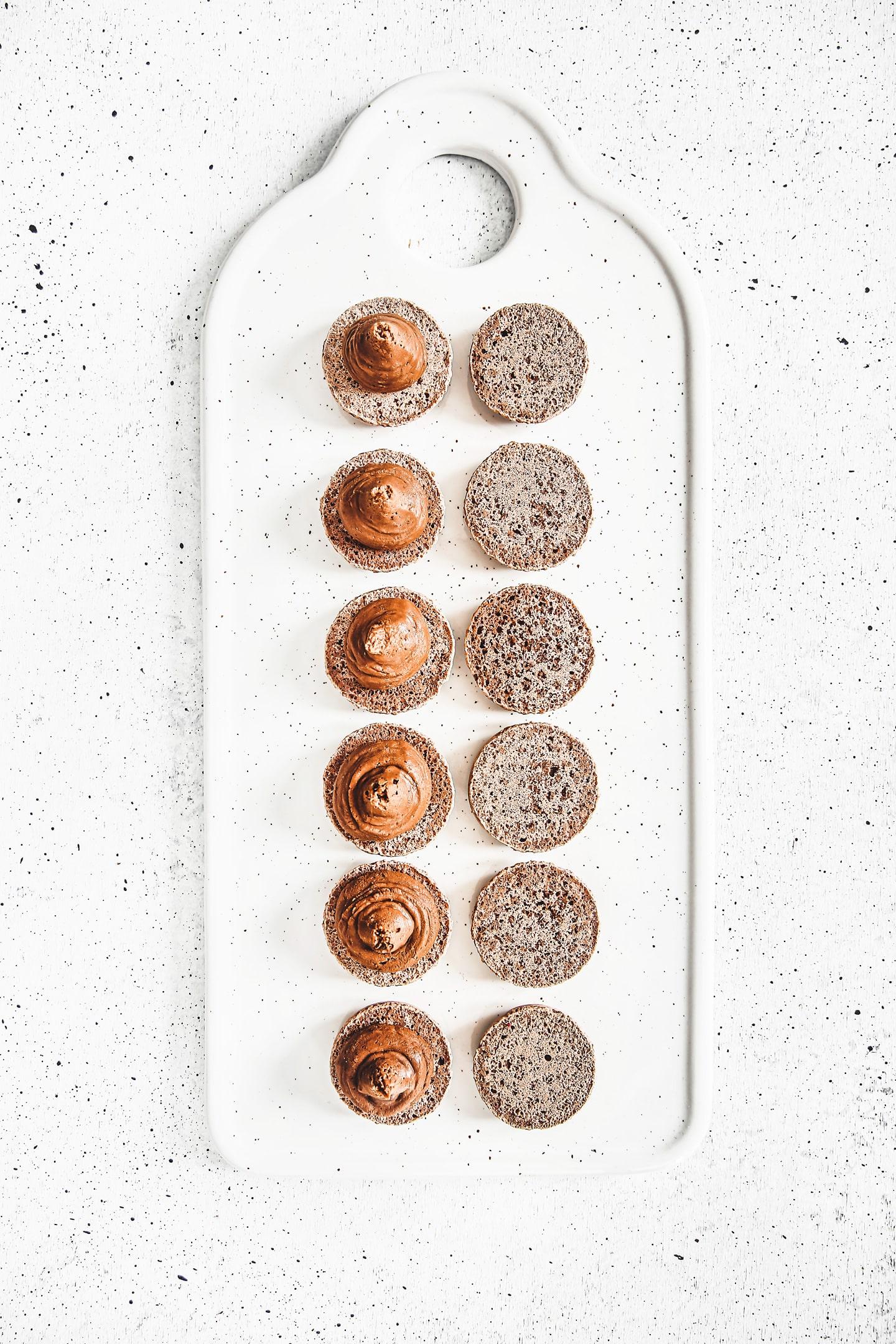 Comment garnir des macarons au chocolat