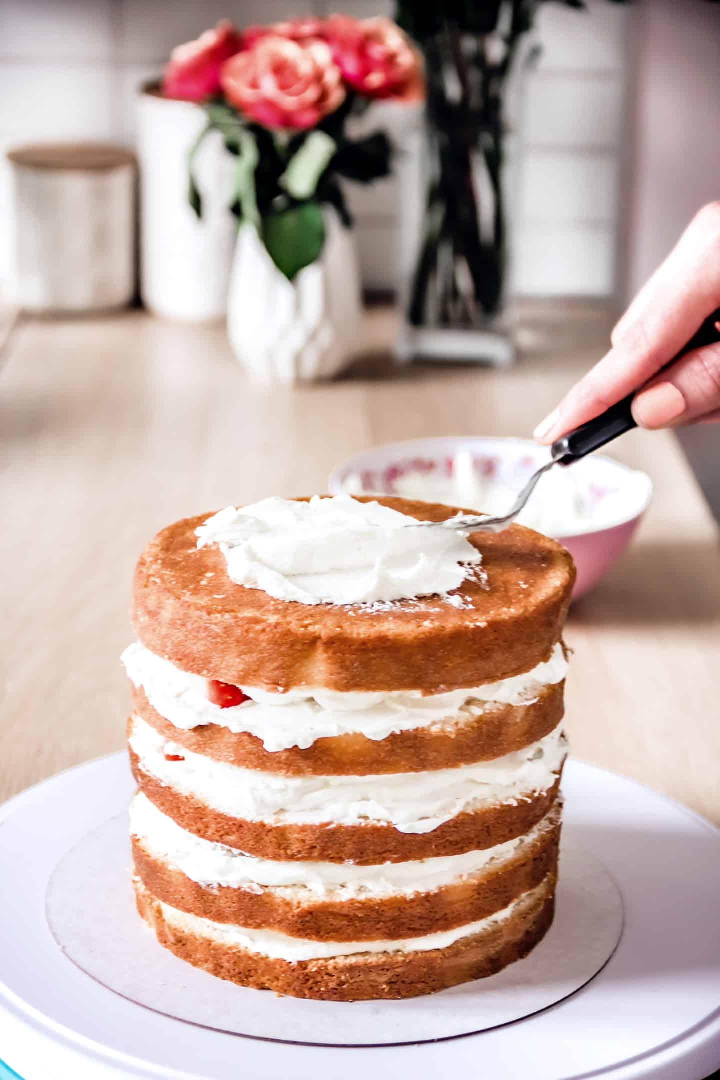 Montage du layer cake aux fraises