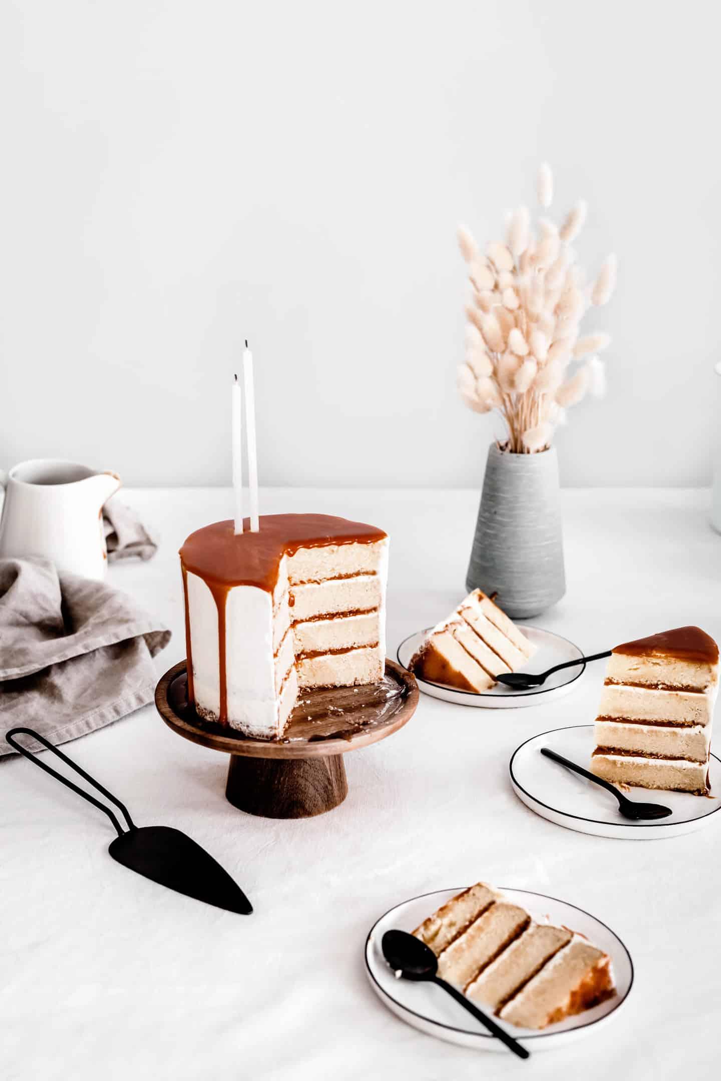 Layer cake vanille crème au beurre et caramel