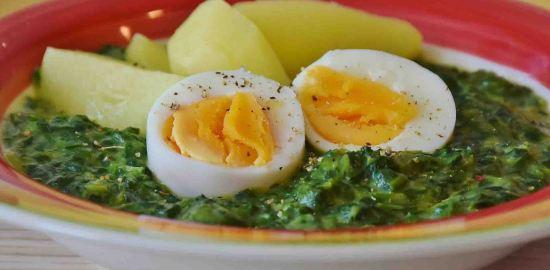フランスの家庭料理の定番!ゆで卵とほうれん草のクリームソースのレシピ