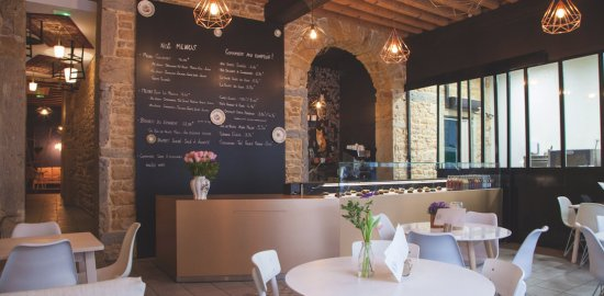 リヨン JEANNINE & SUZANNE サラダランチのあるインテリアのすてきなカフェ