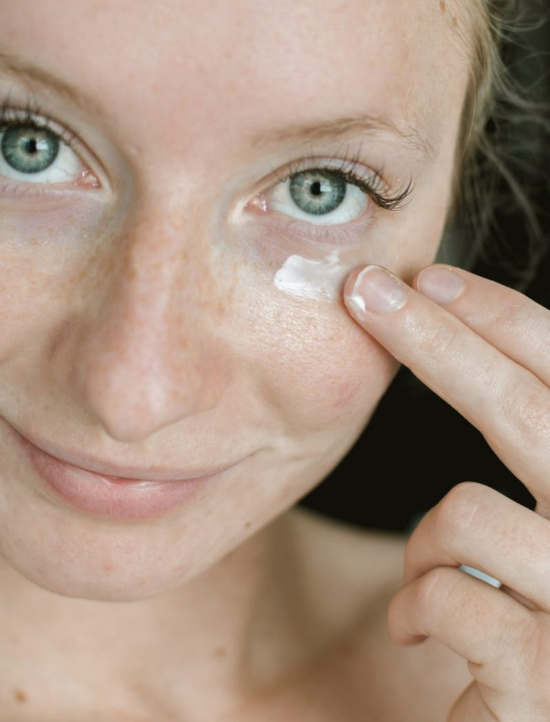 Applying VIICODE T2 Oxygen Eye Cream - Sweet Teal