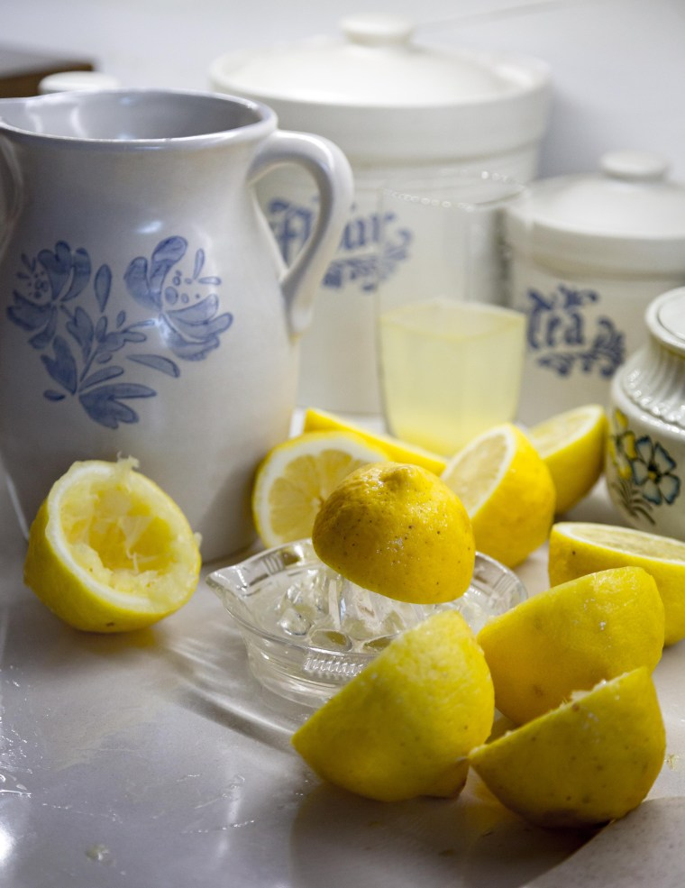 Hand Squeezed Lemonade | www.sweetteasweetie.com