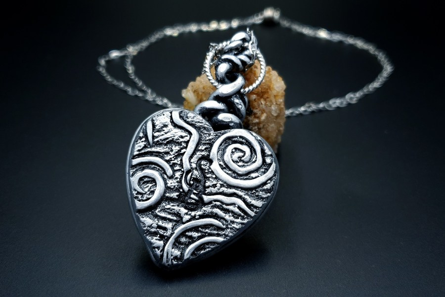 Product The Heart with Scars Pendant 03