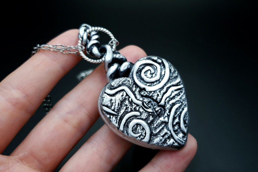Product The Heart with Scars Pendant 06