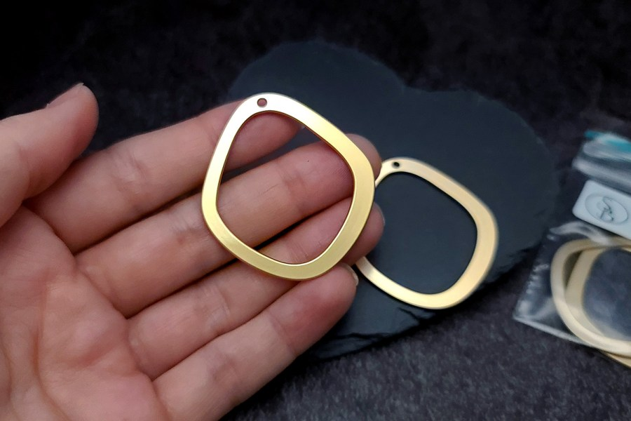 Pair of golden geometric charms for earrings 9