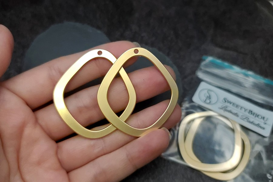 Pair of golden geometric charms for earrings 2