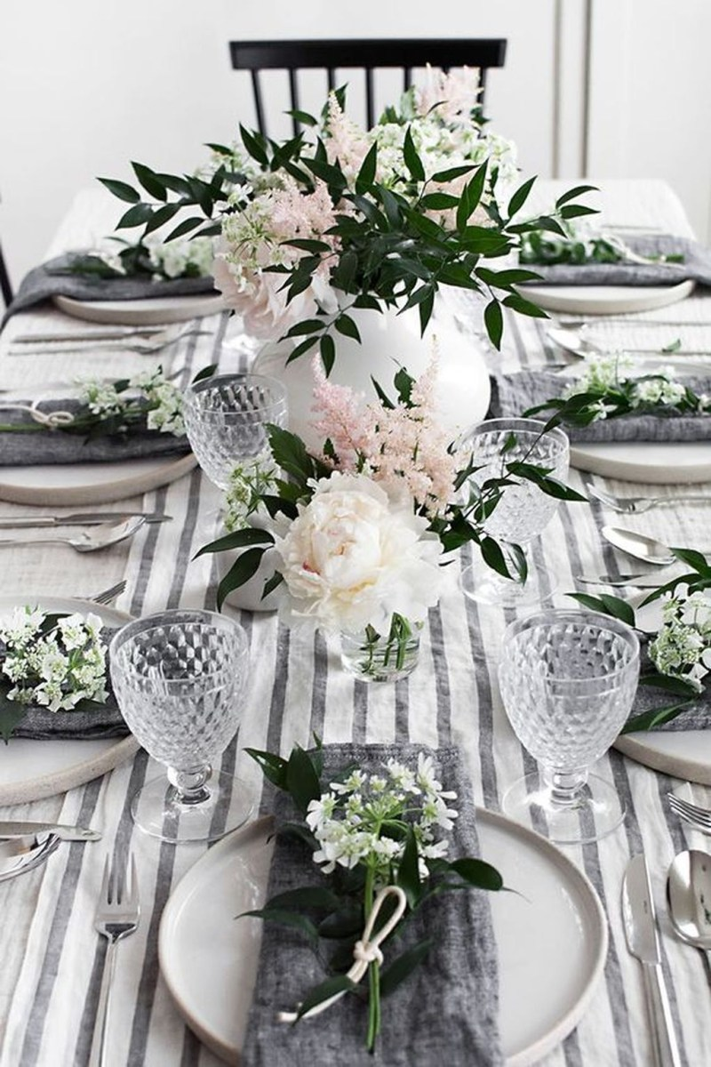 Popular Winter Dining Room Decorations On Your Table 47