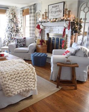 Stunning Winter Living Room Decor Ideas You Should Try 17