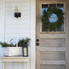 Lovely Winter Front Porch Decoration That Will Make Your Porch Looks Beautiful 03